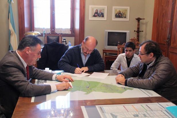 Azul: Inza firmó el contrato para asfaltar 102 cuadras