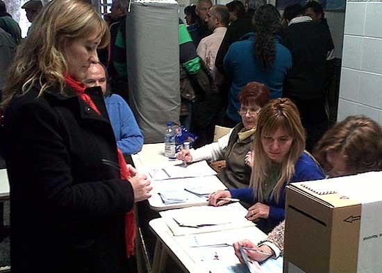 Adriana Capuano votó en la escuela 8 a las 11.30