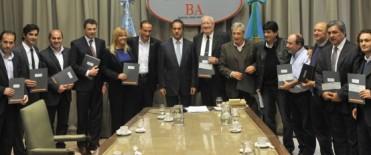 Scioli entregó fondos del plan ganadero a doce municipios