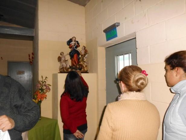 Entronizaron una imagen de la Virgen Desatanudos en la Unidad 52