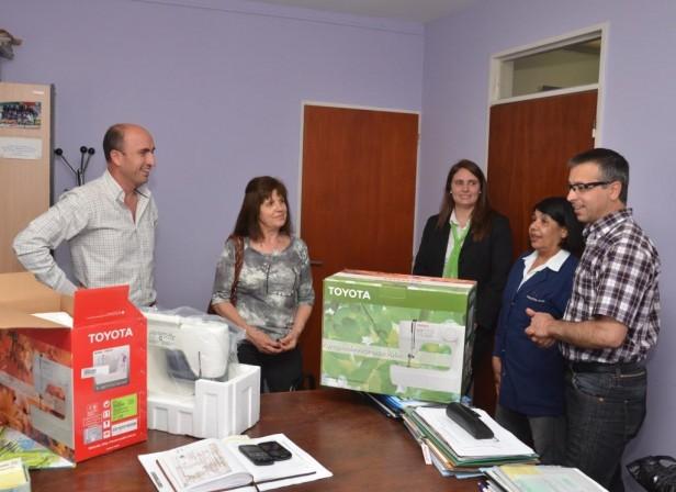 """El Municipio entregó máquinas de coser a los Centros Recreativos """"Damaso Arce"""", """"Club Boca"""" y """"Creador de la Bandera"""""""