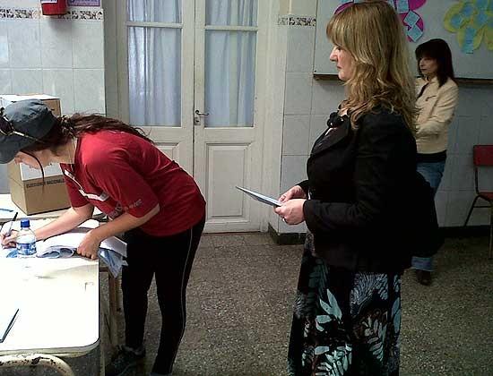 La concejal Adriana Capuano del Frente para la Victoria votó cerca del mediodía