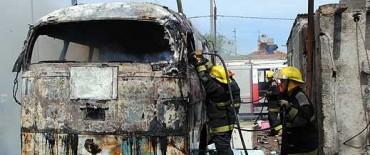 Destrucción total de un colectivo-casilla por un incendio aparentemente intencional
