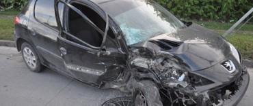 Un vehículo colisionó contra un árbol